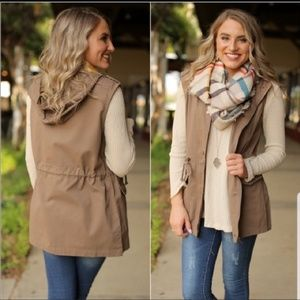 Zenana Outfitters Hooded Vest om Khaki